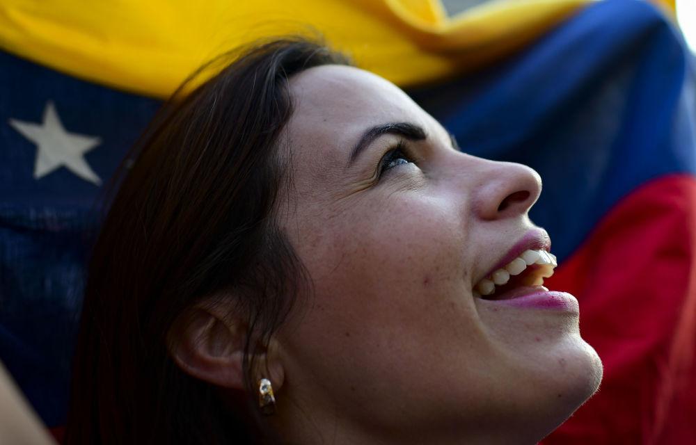 Mulher segura bandeira venezuelana durante manifestação contra o presidente venezuelano, Nicolás Maduro