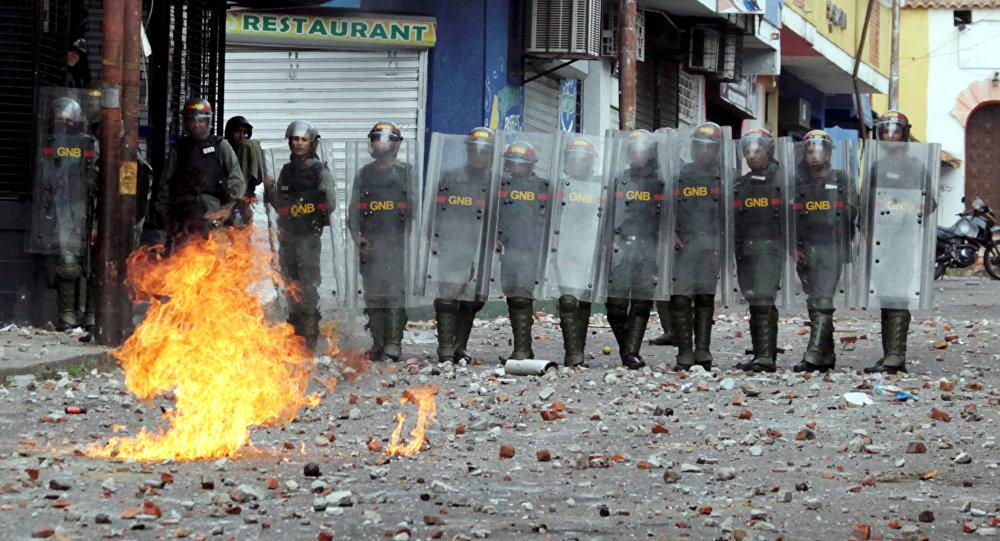 Forças de segurança da Venezuela encaram confronto com partidários da oposição que participam de uma manifestação contra o governo do presidente venezuelano Nicolás Maduro, 23 de janeiro de 2019
