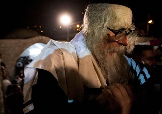 Rabino Eliezer Berland parte depois de rezar na tumba de Joseph na cidade de Nablus, na Cisjordânia, 30 de maio de 2011