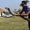 Bombeiro captura enorme cobra-rei com suas próprias mãos na Tailândia