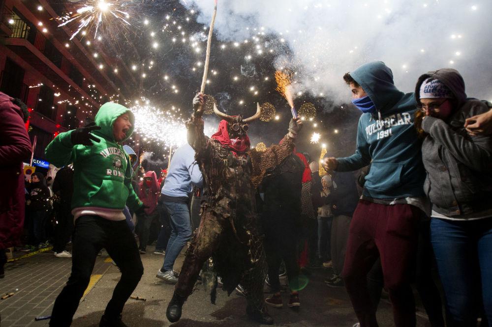 Folião usando fantasia de demônio participa do tradicional festival Correfoc, na Espanha, em 21 de janeiro de 2019