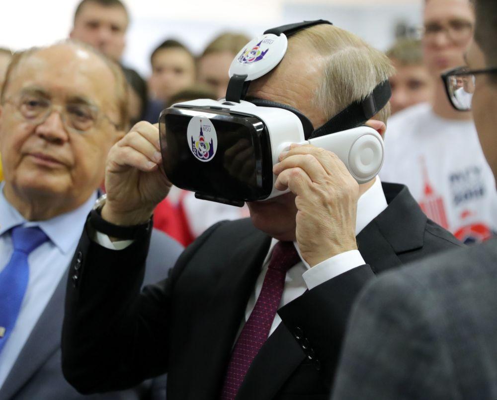 Presidente Vladimir Putin durante encontro com alunos da Universidade Estadual de Moscou, na Rússia