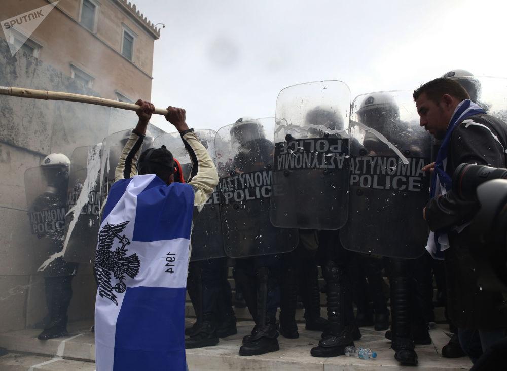 Participantes da manifestação em Atenas (Grécia) contra acordo sobre a nova denominação constitucional da antiga República Iugoslava da Macedônia