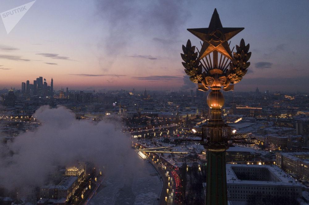 Estrela no telhado de um prédio em Moscou, na Rússia