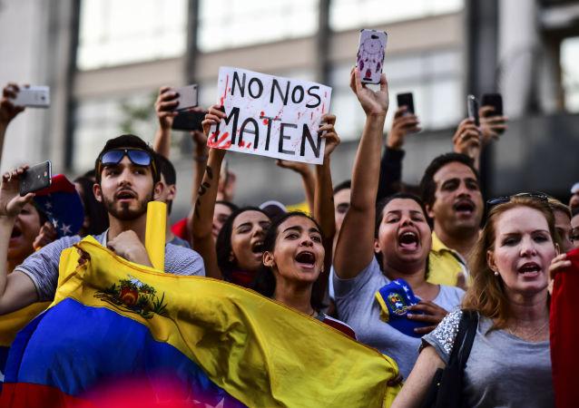 Manifestação venezuelana em Buenos Aires em apoio ao autoproclamado líder da oposição Juan Guaidó como presidente interino da Venezuela, 23 de janeiro de 2019