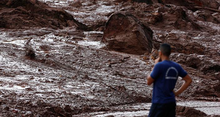 Trabalhador de resgate observa lama depois que uma barragem de propriedade da mineradora brasileira Vale SA explodiu, em Brumadinho.