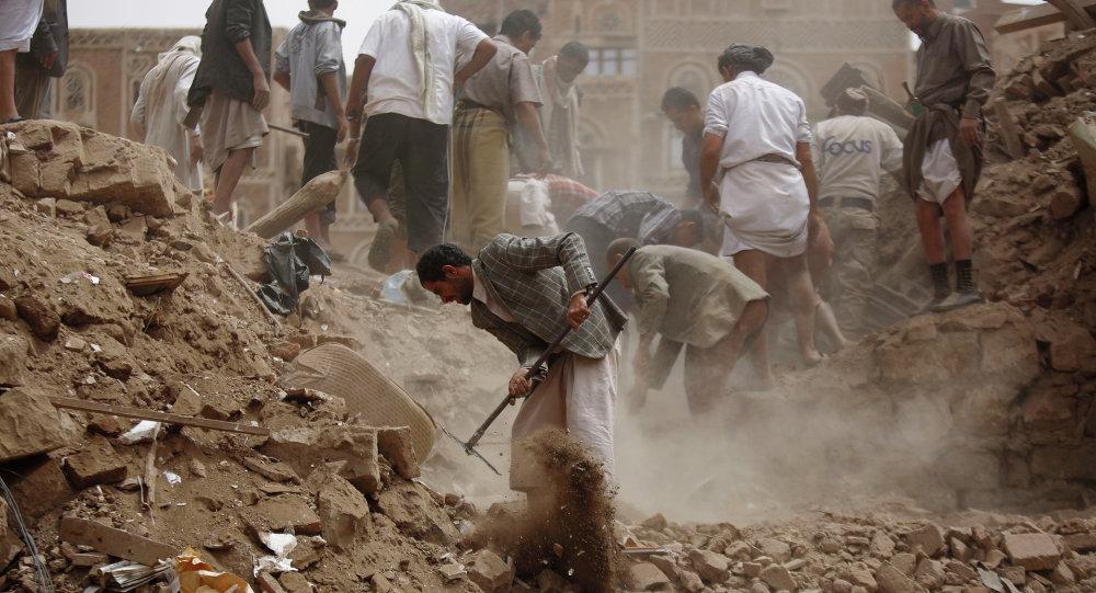 Escombros de casas destruídas em ataques aéreos liderados pela Arábia Saudita no Iêmen