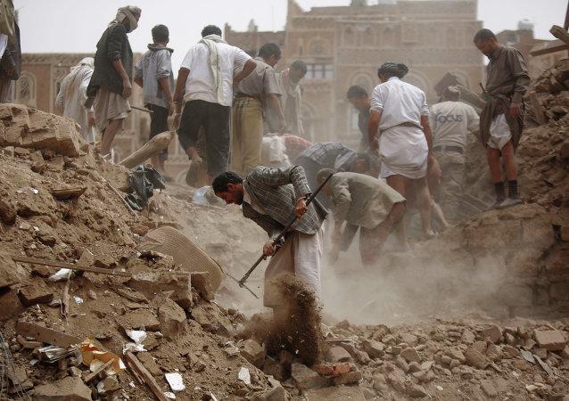 Moradores procuram por sobreviventes sob escombros de casas destruídas em ataques aéreos liderados pela Arábia Saudita no Iêmen