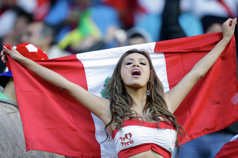 Uma torcedora do Peru antes do encontro com o time do Brasil no estádio Bicentenario Germán Becker em Temuco