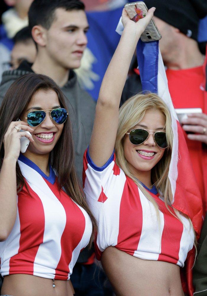 Torcedoras do Paraguai antes do encontro Argentina-Paraguai no estádio La Portada no Chile em 13 de junho