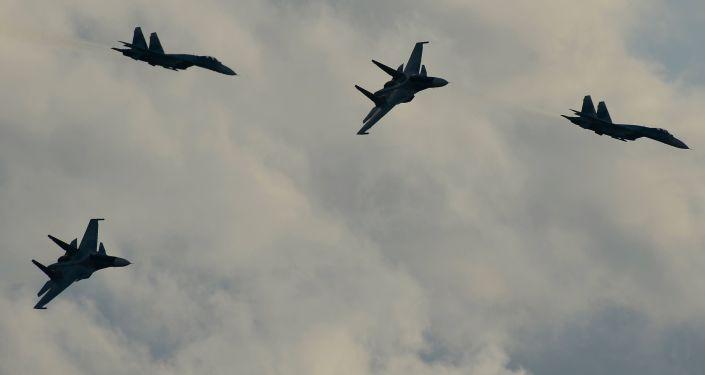Caças Su-35S e Su-35SM durante a parte aérea do show militar do fórum Army 2015