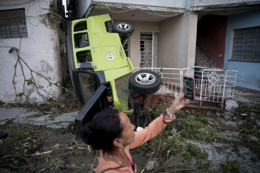 Mulher tira foto das consequências deixadas pelo tornado na capital de Cuba em 28 de janeiro de 2019