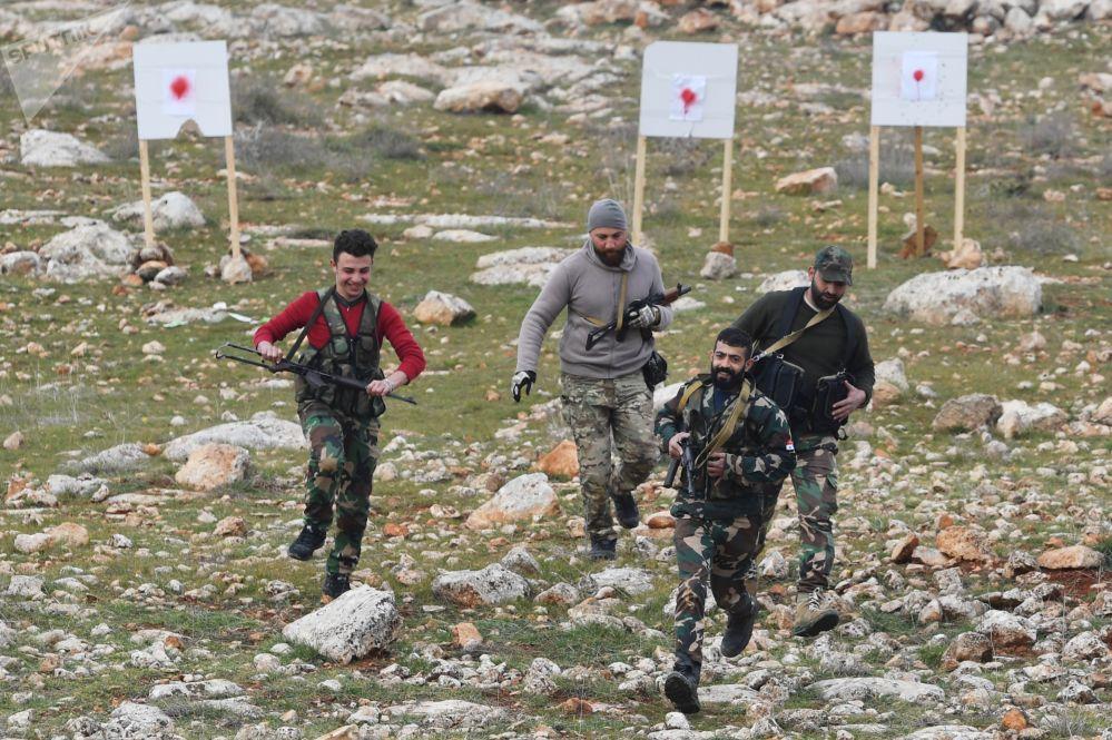 Exercícios ministrados por militares da Rússia para os combatentes das milícias sírias em campo de treinamento da Síria