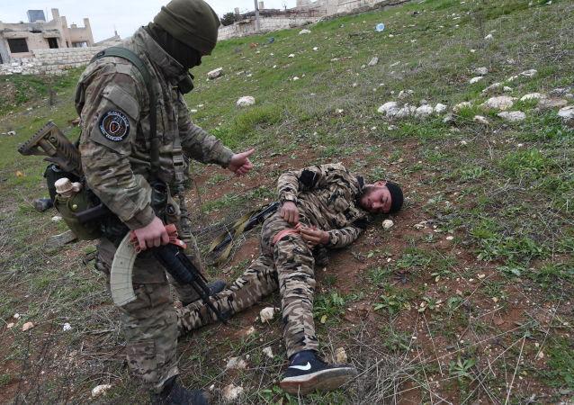 Aula para militares sírios conduzida por especialistas militares da Rússia em uma área de treinamento na Síria