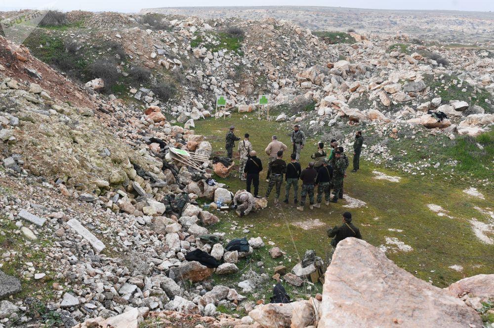Militares russos treinam combatentes sírios em campo de treinamento na Síria