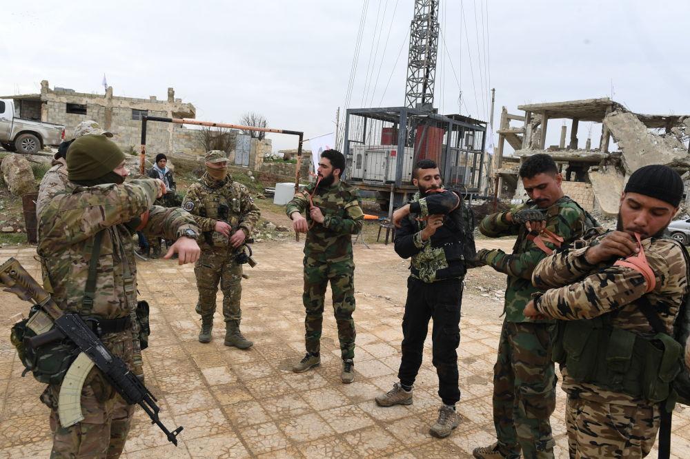 Especialistas da Rússia ensinando medicina tática a militares e combatentes das milícias sírios em um dos campos de treinamento da Síria