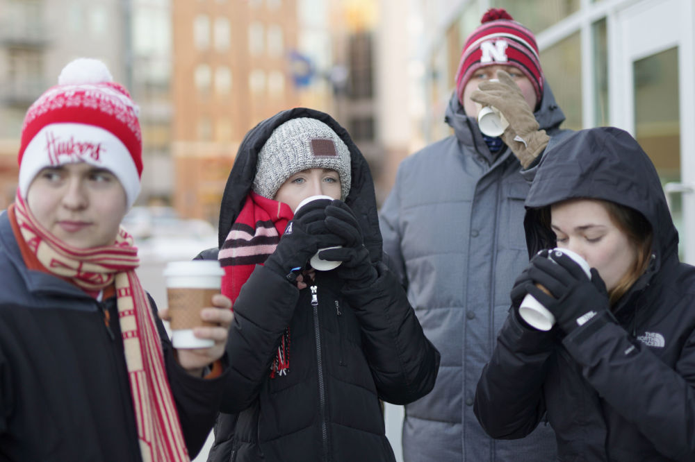 Estudantes da Universidade de Nebraska-Lincoln bebem chocolate quente para se aquecer