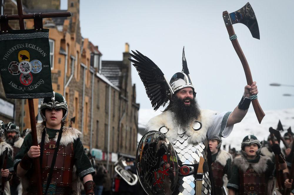 Participantes do festival vinking Up Helly Aa, realizado em Shetland, Escócia, em 29 de janeiro de 2019