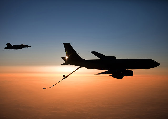 F/A-18F Super Hornet e KC-135 Stratotanker da Força Aérea dos EUA