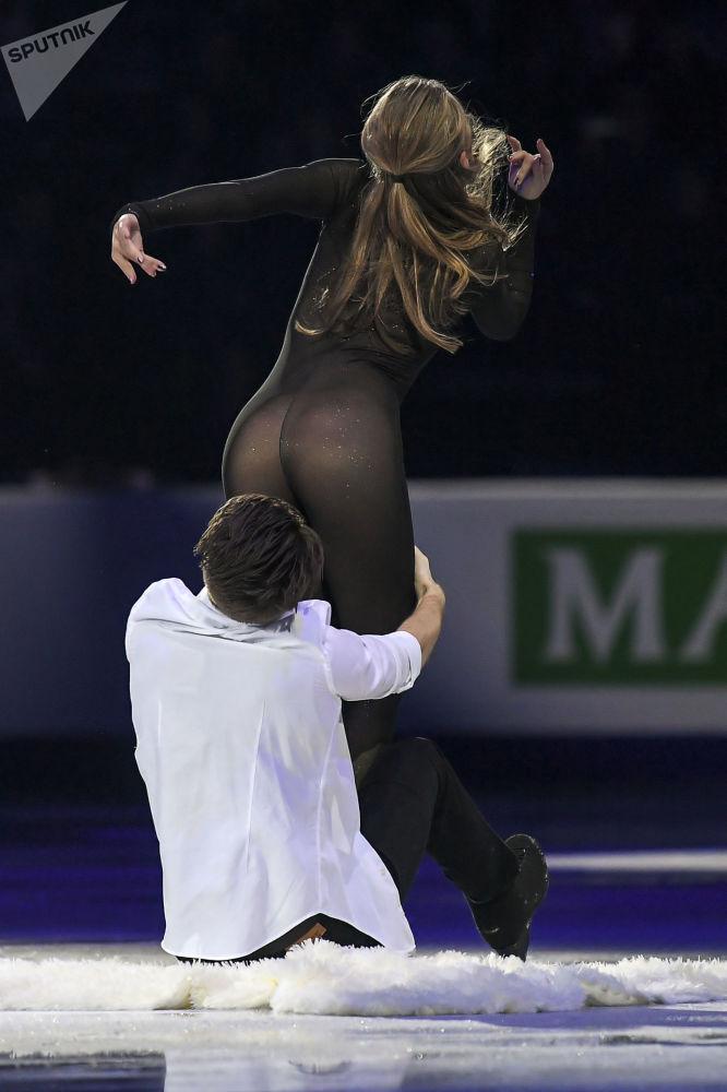 Aleksandra Stepanova e Ivan Bukin, da Rússia, durante apresentação no Campeonato Europeu de Patinação Artística no Gelo em Minsk, Bielorrússia