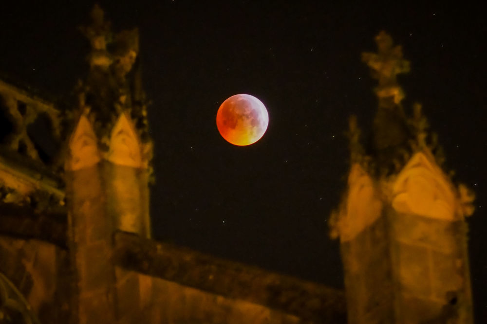 A Superlua de Sangue aparece entre os touros da Catedral de Saint Gatien, França