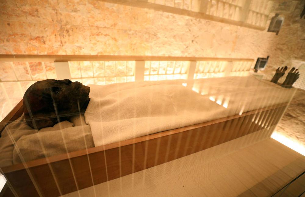 A múmia do Faraó Menino exibida na tumba do faraó em Luxor