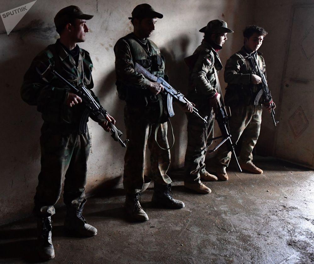 Militares sírios com fuzis na linha de frente em Aleppo