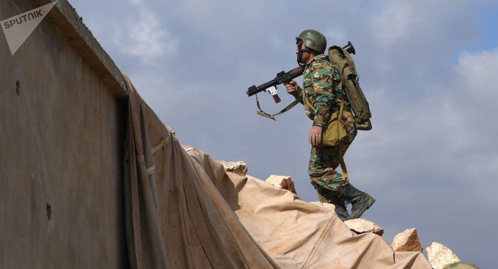 Soldado das Forças Armadas da Síria simula ataque ao inimigo