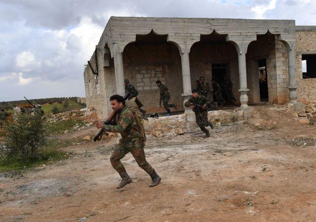Soldados correm segurando fuzis de esconderijo durante exercícios na província síria de Aleppo