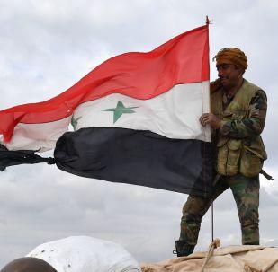Militar hasteia bandeira da Síria na linha de frente em Aleppo