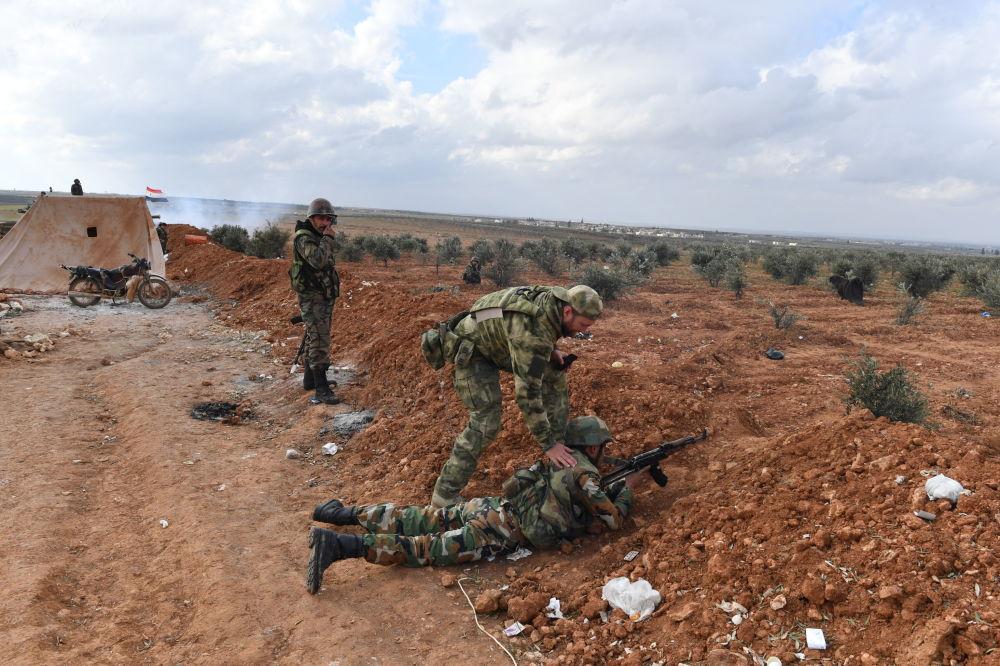 Linha de frente das Forças Armadas da Síria se exercitando na cidade de Manbij, Aleppo