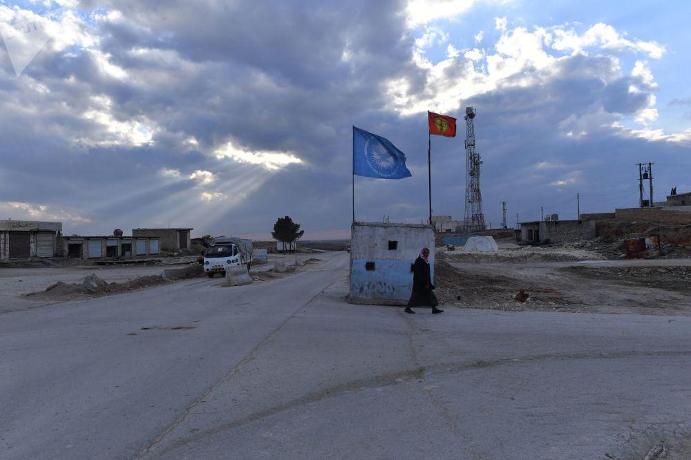 Posto de bloqueio das milícias curdas no noroeste de Manbij
