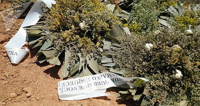 Coroas de flores são vistas ao lado de covas abertas no cemitério Parque das Rosas, em Brumadinho. Local se preparou para receber 90 corpos pela tragédia envolvendo o rompimento de barragem de rejeitos da Vale.