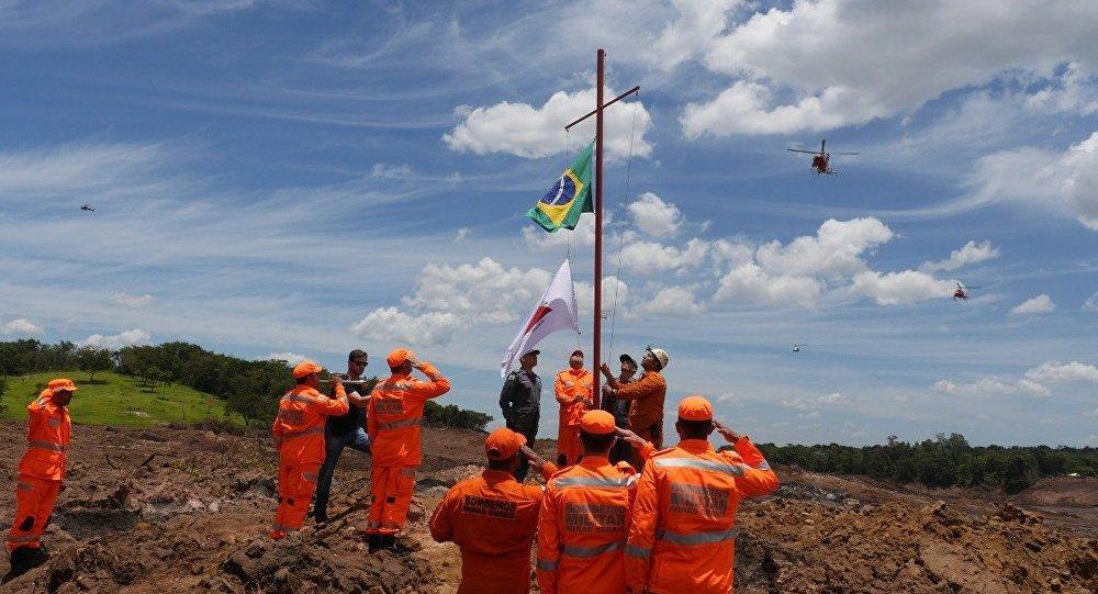 Bombeiros prestam homenagem às vítimas do rompimento da barragem em Brumadinho