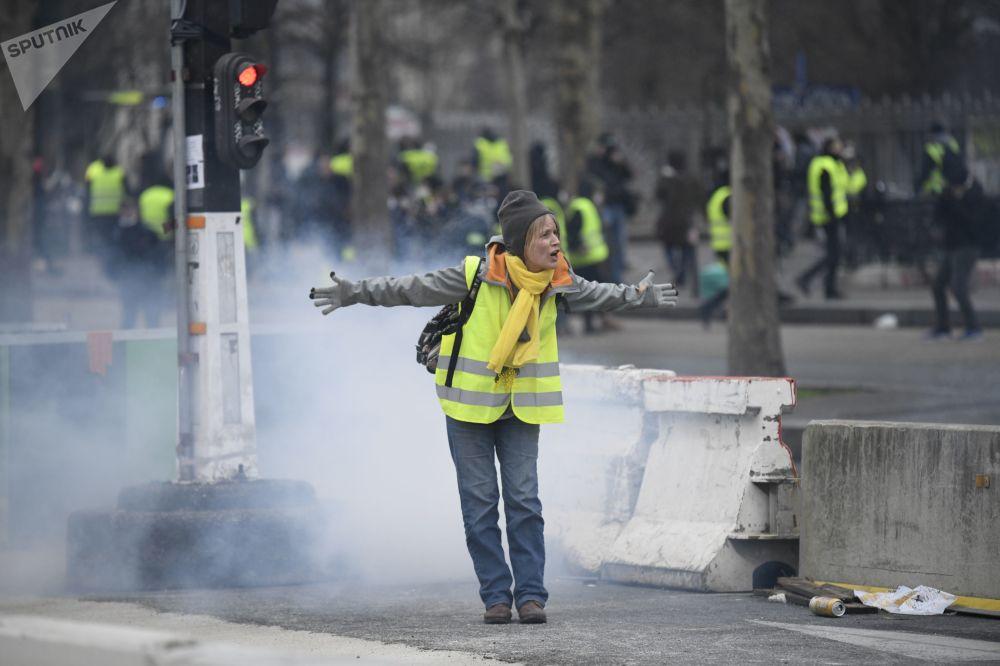 Manifestante em protestos dos coletes amarelos em Paris