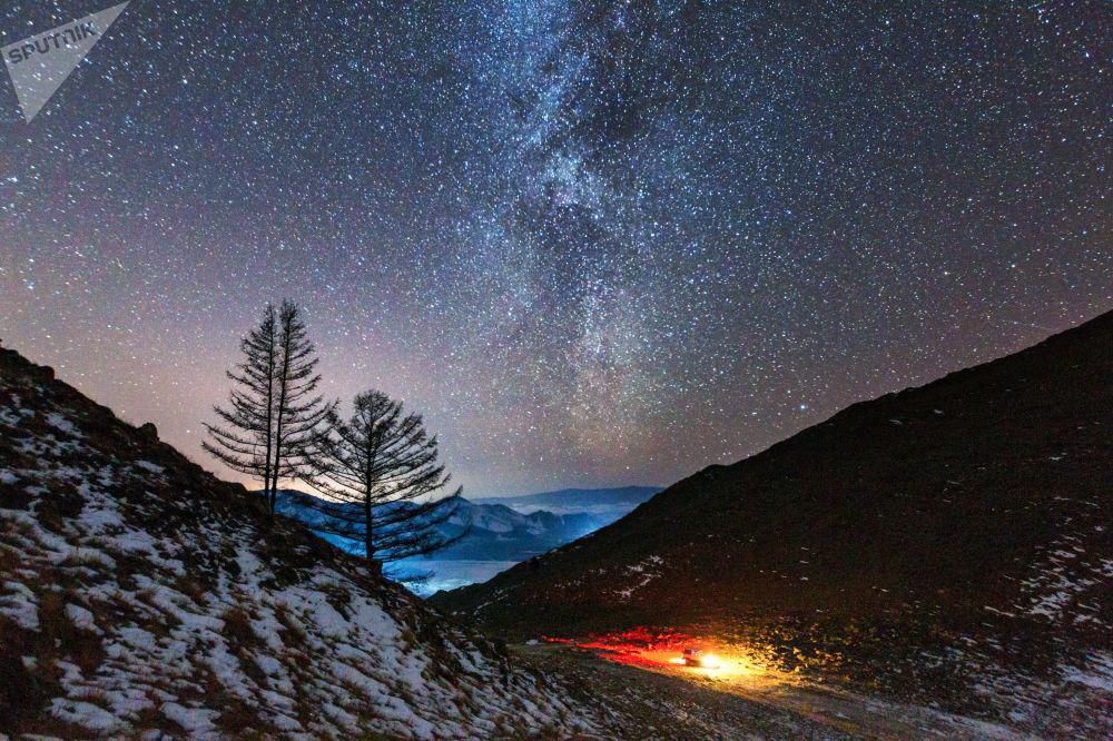 Via Láctea no vale do rio Anga que deságua no lago Baikal, Rússia