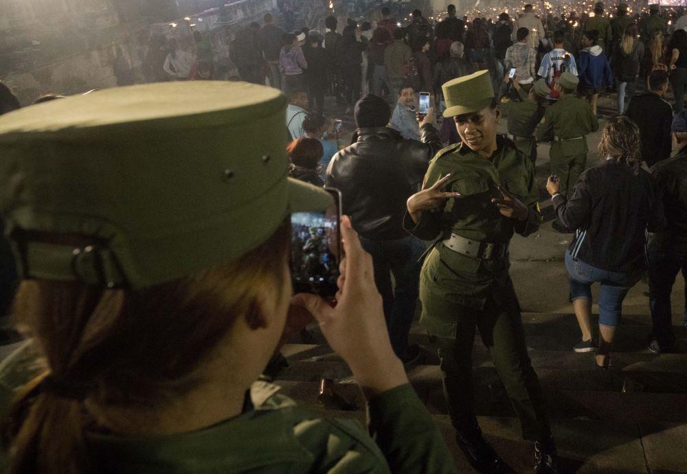 Mulheres militares do Exército cubano tiram foto durante as celebrações da festa em honra do poeta e herói nacional cubano José Martí