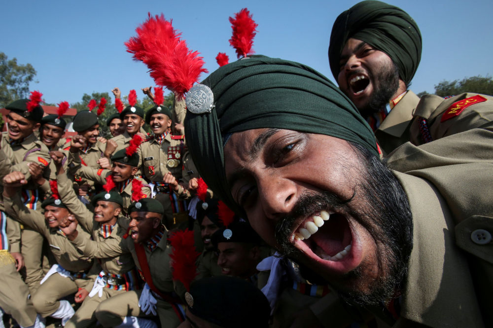 Cadetes militares indianos comemoram o segundo lugar na competição de marcha durante as celebrações do Dia da República em Chandigarh, Índia