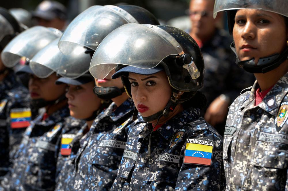 Policiais durante as manifestações contra o presidente venezuelano Nicolás Maduro em Caracas