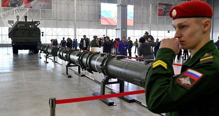Demonstração do foguete 9M729 para adidos militares.
