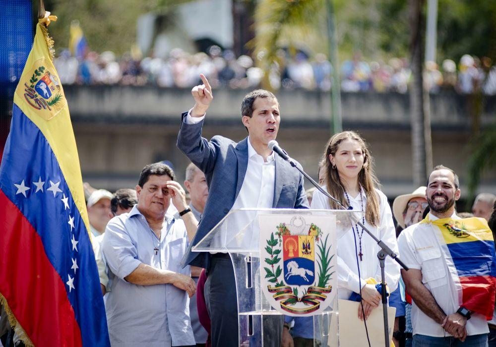 Presidente da Assembleia Nacional bolivariana e líder da oposição, Juan Guaidó, discursa perante os manifestantes em Caracas