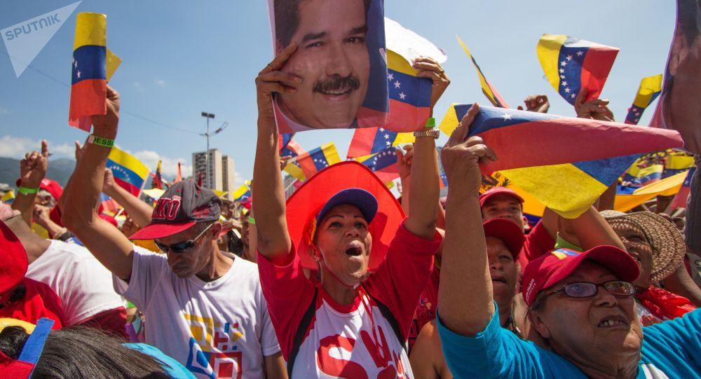 Participantes da manifestação a favor do Presidente da Venezuela Nicolás Maduro