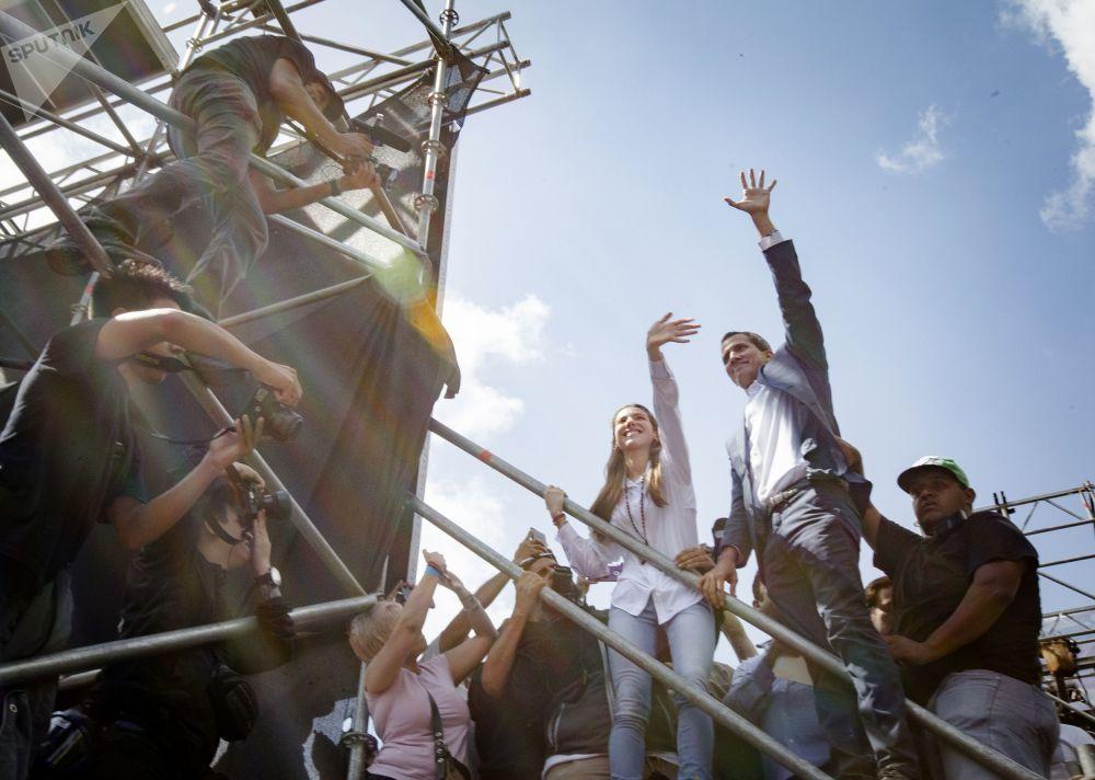 Presidente da Assembleia Nacional bolivariana e líder da oposição, Juan Guaidó, saúda os manifestantes em Caracas