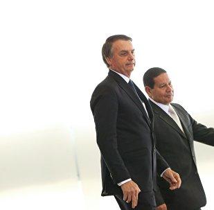 O Presidente Jair Bolsonaro e o vice-presidente General Hamilton Mourão, durante cerimônia de posse aos presidentes dos bancos públicos.