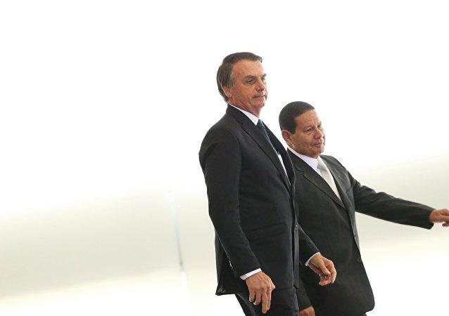 O Presidente Jair Bolsonaro e o vice-presidente General Hamilton Mourão, durante cerimônia de posse aos presidentes dos bancos públicos (arquivo)