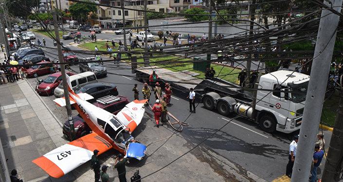 Avião pequeno da Força Aérea do Peru (FAP) após acidente