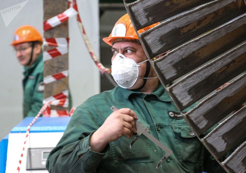 Funcionários da empresa russa de operações nucleares Rosenergoatom trabalham na sala das turbinas da usina nuclear de Kola, na região de Murmansk, Rússia