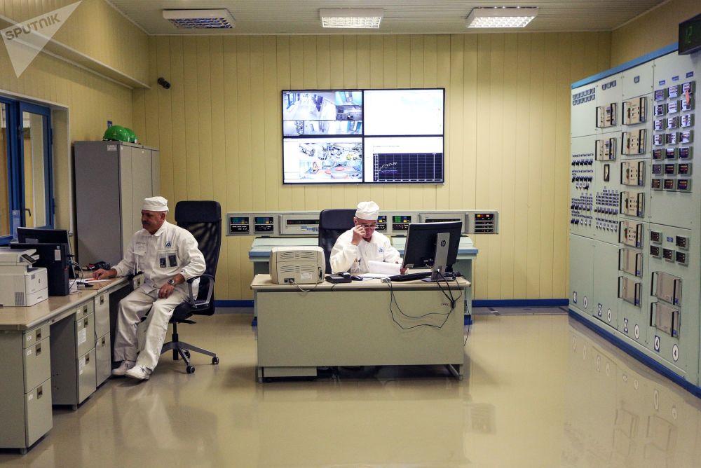 Funcionários da companhia nuclear russa Rosenergoatom no ponto de entrega de dosímetros (aparelho para medir a exposição de um indivíduo à radiação) na usina nuclear de Kola, localizada no Extremo Norte da Rússia