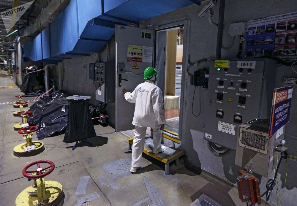 Trabalhador da Rosenergoatom entra na sala central da usina nuclear de Kola, na região de Murmansk (Rússia)