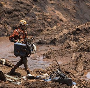 Bombeiro na área de rompimento de barragem em Brumadinho (MG)